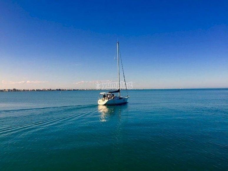 Relájate navegando en barco por la costa de Roquetas de Mar