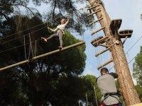 Chica con un pie en el tronco en La Juliana