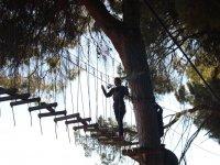 Chica cruzando por los troncos en La Juliana