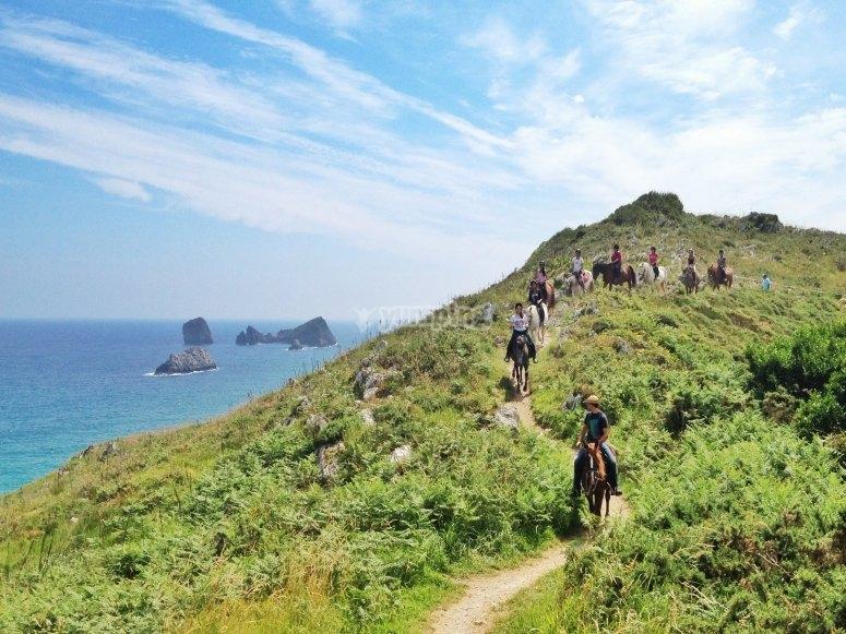 Ruta a caballo en acantilados de Celorio
