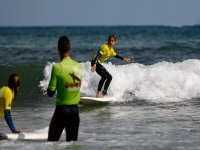 Bambino con monitor che fa surf