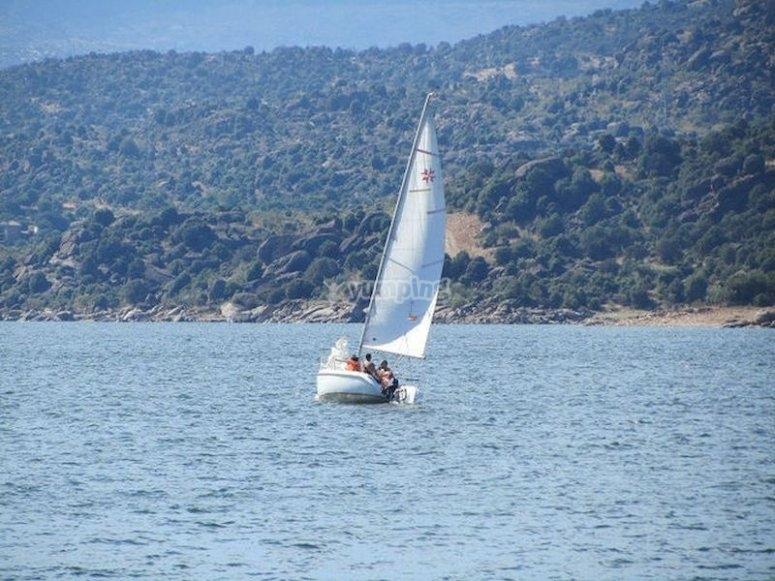 Aprende a navegar a vela en el embalse de El Burguillo
