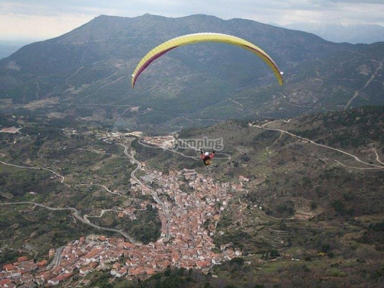 Alucina volando en parapente en la zona de Pedro Bernardo