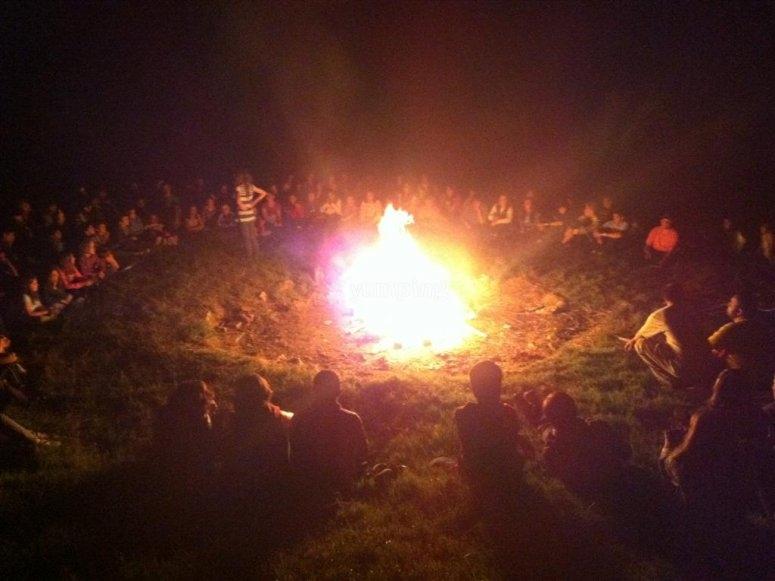 El grupo alrededor del fuego