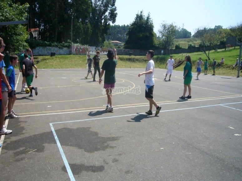 Jugando en la pista deportiva