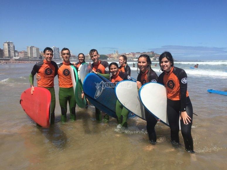Grupo de surfistas