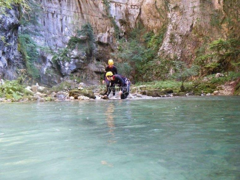 Practica barranquismo en el río Pedroso