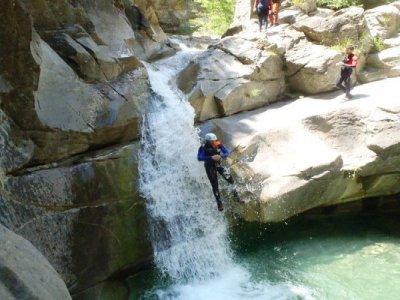 在AigüetadeBarbaruens(韦斯卡省)溪降