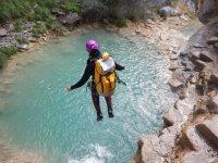 登山运动瀑布跳进水在山沟