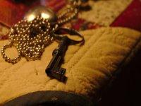 Llave y joyas como pistas