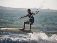Haciendo kitesurf en Valdelagrana