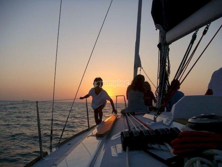 Navega al atardecer en catamarán la bahía de Cádiz