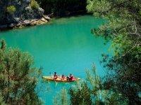 Kayak en aguas color turquesa
