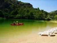 Kayak y playa enla ribera
