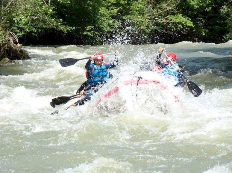 Canoa por bravas aguas en río Asón