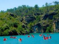 Kayaks navegando hacia las rocas