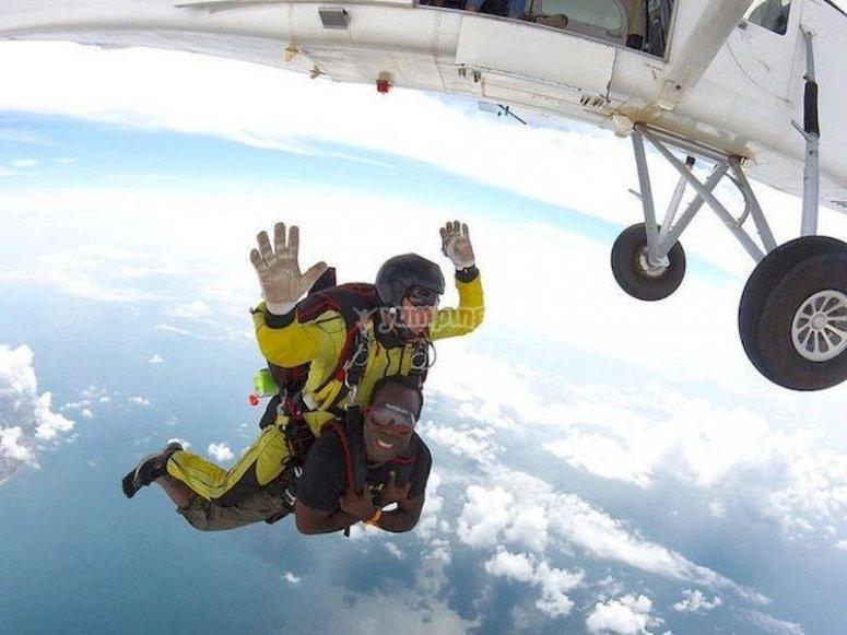Salta en paracaídas desde el aeródromo El Pinar