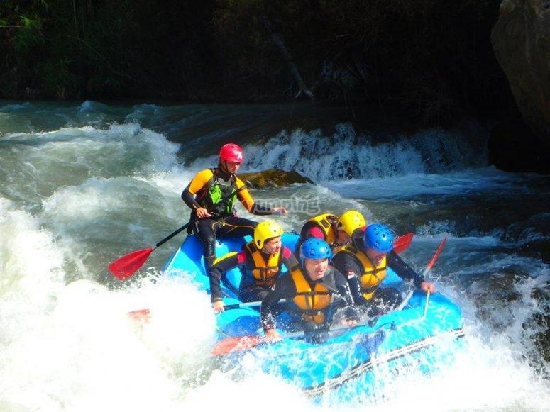 Rafting por zona de aguas bravas