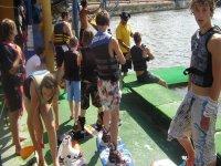 Bambini che fanno wakeboard