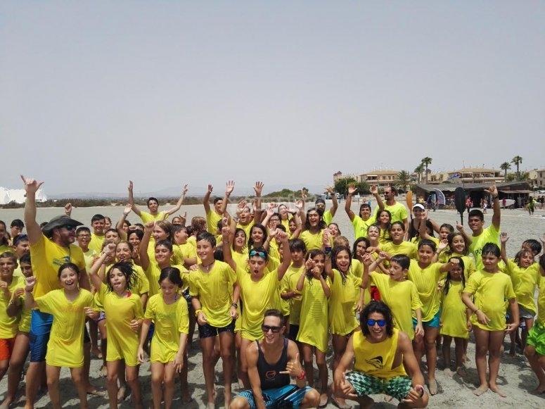 Con camisetas amarillas