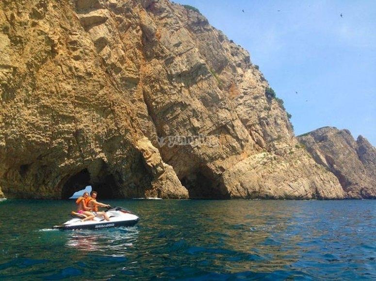 Vive una intensa ruta en moto de agua por las Islas Medas