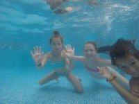 Jugando en la piscina