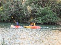 Istruttore che porta i bambini in canoa