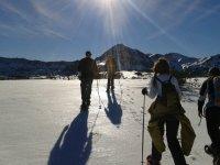 Grupo en la actividad de raquetas de nieve