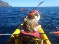 Navegando en piragua por Playa de Vuelta