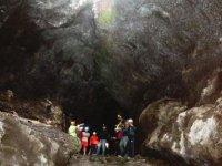 observa la cueva volcanica