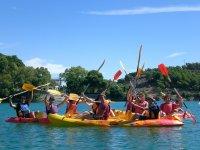 Divertirsi con gli amici che praticano canoa