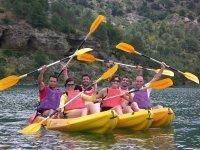 Amici che si divertono a praticare canoa