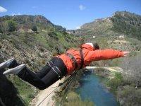 蹦极在加利西亚德瓦河跳跃