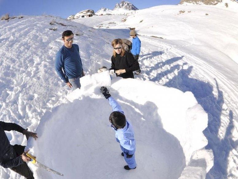 Construye un iglú en el Valle de Tena