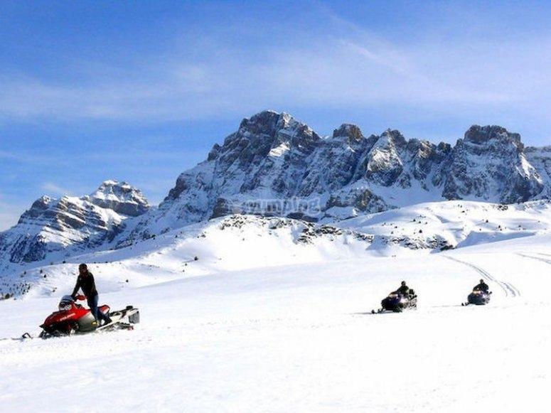 Pilota una moto de nieve en el Valle de la Partacua