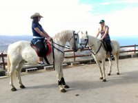 Con sombrero y gorra a caballo