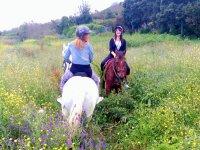 A caballo en campo silvestre