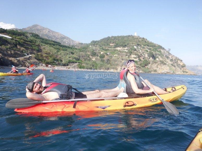 在皮划艇中休息