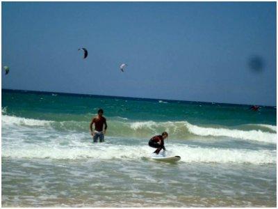 Clases de surf 4 h. + 3 noches de alojamiento