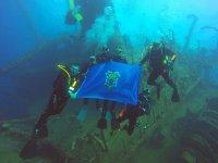 Con la bandera de Melilla en las profundidades
