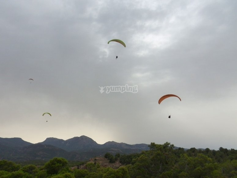 Fly over the paragliding saw in simultaneous paragliding Alhama de Murcia