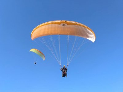 Simultaneous paraglider flight in Alhama de Murcia