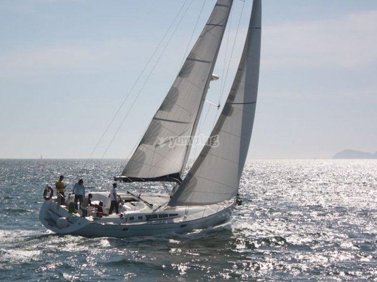 Conoce las islas Cíes desde un velero