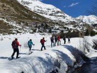 在巴塞罗那实践方向定向标与巴塞罗那附近的雪鞋行走