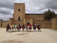 A caballo delante del castillo