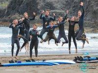 Surfistas saltando en la arena