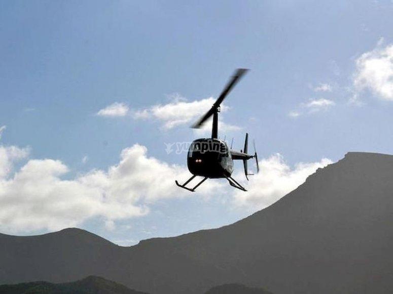 Sobrevuela la cima del Teide subido a un helicóptero