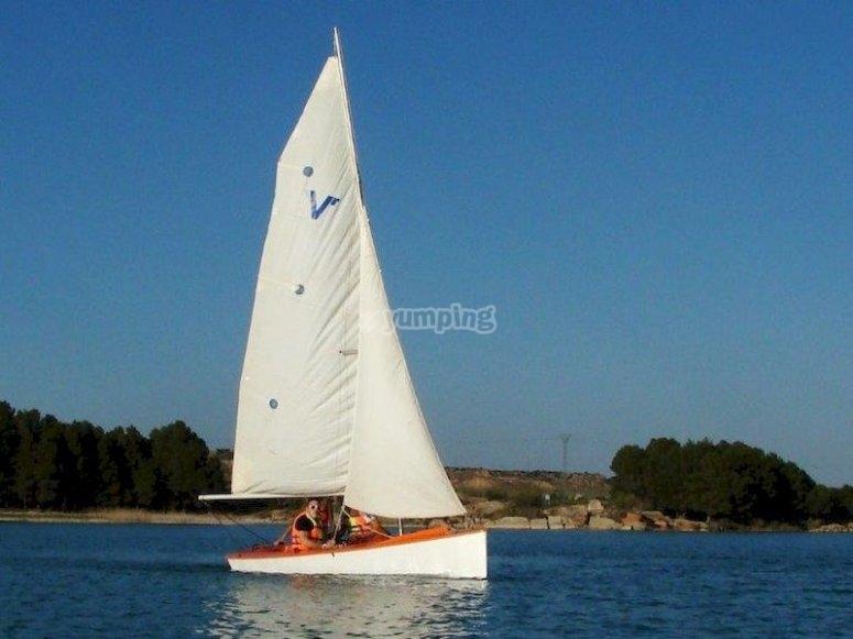 Relajarte en un velero en el Bajo Aragón