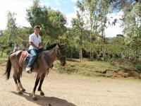 montando a caballo terreno