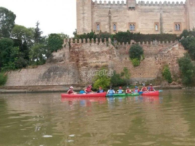 Hacer piragüismo junto al Castillo de Malpica